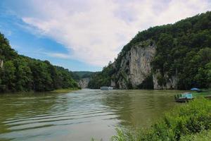 rio Danúbio ao redor da vila de Weltenburg foto