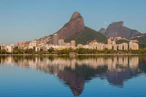 lua se pondo perto de pedra gavea no rio de janeiro, brasil. foto