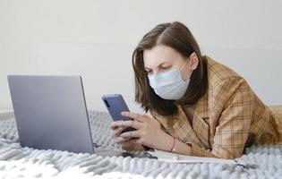 mulher de negócios resolve problemas de trabalho remotamente. laptop e telefone. foto