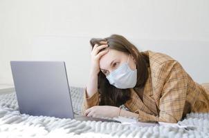 mulher de negócios resolve problemas de trabalho remotamente. raiva e frustração. foto