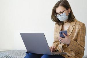 coronavírus. quarentena. mulher de negócios resolve problemas de trabalho remotamente. foto