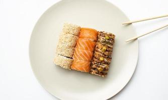 cozinha japonesa. rolos em um prato. foto