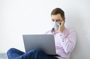 um homem de camisa e jeans resolve problemas de trabalho remotamente. foto