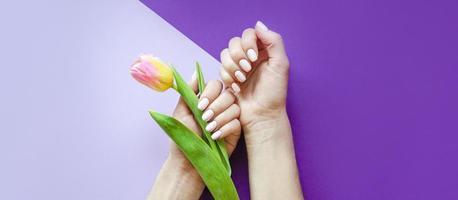 manicure feminina em um fundo brilhante. roxa foto