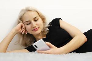 a garota assiste vídeos nas redes sociais. foto
