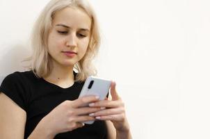 a menina lê más notícias ao telefone. redes sociais. foto