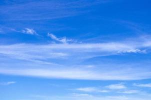 céu azul claro. nuvens leves. verão. calma. foto