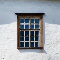 janela de madeira velha da casa. Branco foto