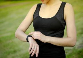 uma jovem usa um rastreador de fitness. relógio inteligente. foto