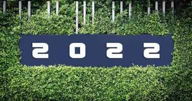 logotipo número 2022 emoldurado por folhas verdes. foto