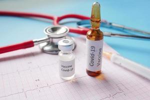 close up de vacina de coronavírus no diagrama de cardio foto