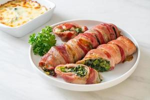 pão de bacon assado, espinafre recheado e queijo foto