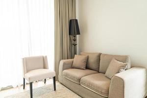 linda decoração de travesseiro no sofá da sala foto