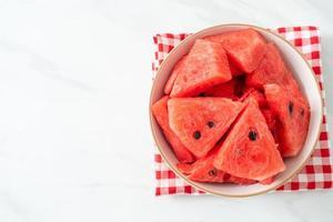 melancia fresca cortada em uma tigela branca foto