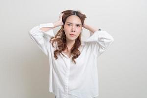 retrato linda mulher asiática estresse, sério, se preocupar ou reclamar foto