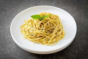macarrão espaguete pesto - comida vegetariana e comida italiana foto