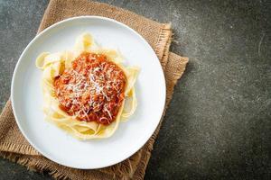 macarrão fettuccine à bolonhesa de porco com queijo parmesão - comida italiana foto