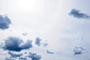 fundo do céu de tempestade dramática. pode ser usado como pano de fundo foto
