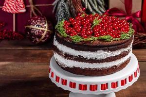 lindo bolo delicioso com frutas vermelhas brilhantes foto