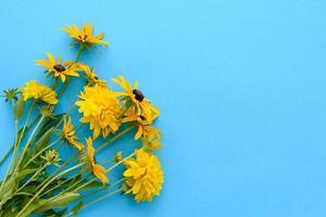 um buquê de lindas flores amarelas recém-cortadas em um fundo azul foto