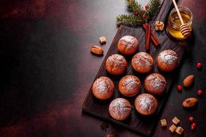 lindos deliciosos muffins de cacau frescos na mesa de natal foto