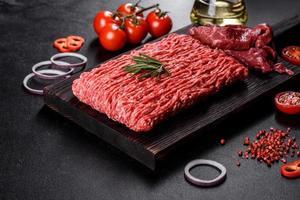 Carne crua fresca picada em um fundo escuro foto