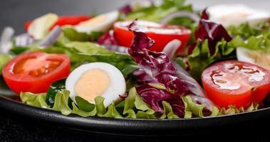 deliciosa salada vegetariana fresca de vegetais picados em um prato foto