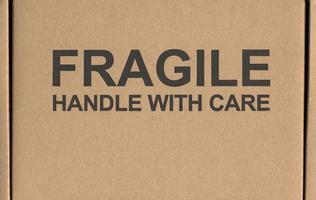 alça frágil com etiqueta de etiqueta de cuidado foto
