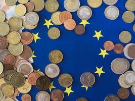 moedas de euro, união europeia, sobre a bandeira foto