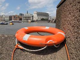 bóia salva-vidas perto do rio foto