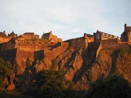 castelo de edimburgo ao pôr do sol foto