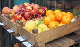 fruta na prateleira do mercado foto