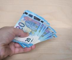 mão segurando notas de euro, união europeia foto