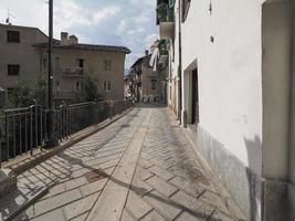 vista do centro antigo de pont saint martin foto