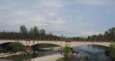 ponte sobre o rio orco em brandizzo foto