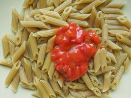 macarrão penne com tomate foto