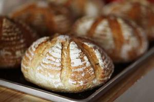 pão de manteiga caseiro em bandeja de metal foto