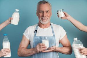 positivo, sênior homem segurando um copo de leite foto
