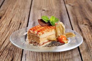 fatia de bolo delicioso coberto com calda foto