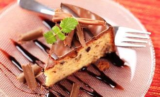bolo de nozes com cobertura de chocolate foto