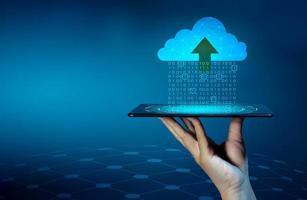 conjunto de dados digitais de números binários sendo enviado para as nuvens em um azul foto