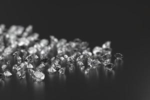 grupo de diamantes colocado em fundo preto com renderização 3D de foco suave foto