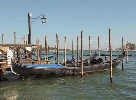 barco a remo gôndola em veneza foto