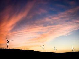 vista aérea de cinco turbinas eólicas no campo foto