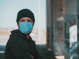 retrato de um homem moderno com uma máscara médica foto