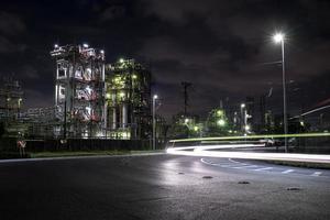 poluição ambiental noite exterior da fábrica foto