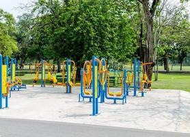 equipamentos de ginástica ao ar livre em parque público para exercícios e relaxamento foto