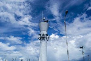 torre de luz no cais foto