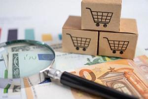 logotipo do carrinho de compras na caixa com lupa e notas de euro. foto