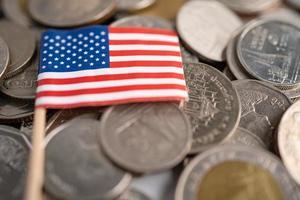 pilha de moedas com a bandeira dos EUA e da América, conceito de finanças. foto